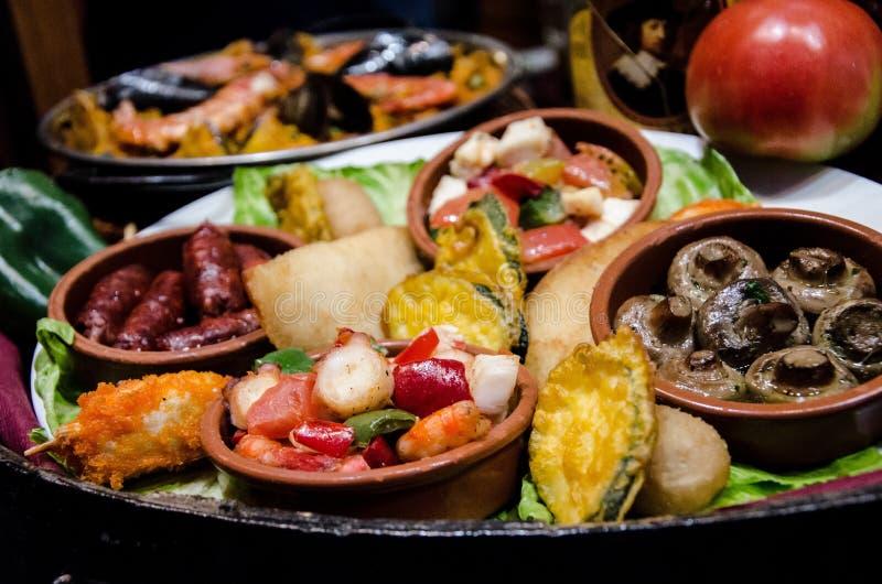 Sistema de diversas comidas en una barra de tapas en Barcelona imagen de archivo libre de regalías