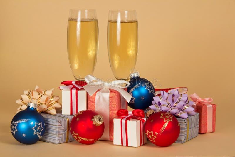 Sistema de diversos cajas, juguetes y copas de vino de regalo fotos de archivo libres de regalías