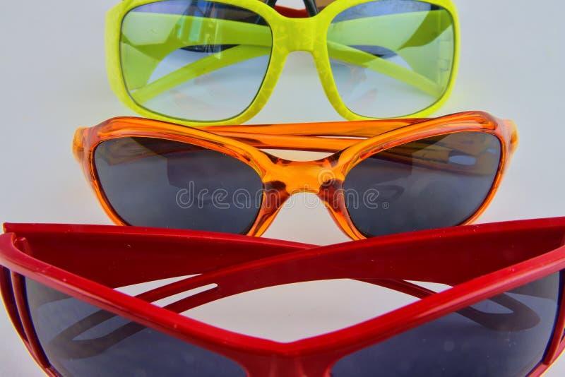 Sistema de diversos vidrios Gafas de sol elegantes para las mujeres y los niños Colección de los vidrios del ojo en el fondo blan fotos de archivo libres de regalías