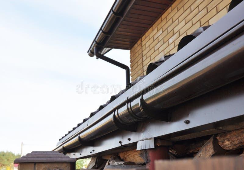 Sistema de drenagem da calha do suporte no telhado Close up de áreas de problema para waterproofing plástico da calha da chuva imagem de stock royalty free