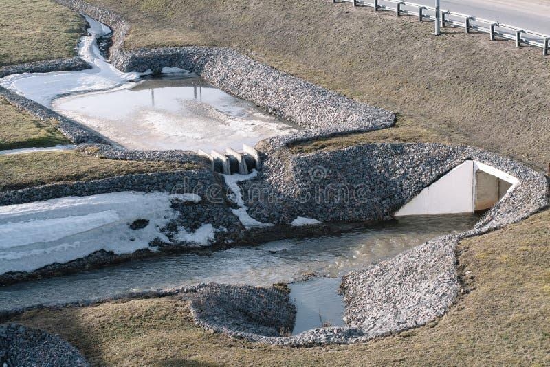 Sistema de drenagem para a estrada reforçada com as pedras fotografia de stock royalty free