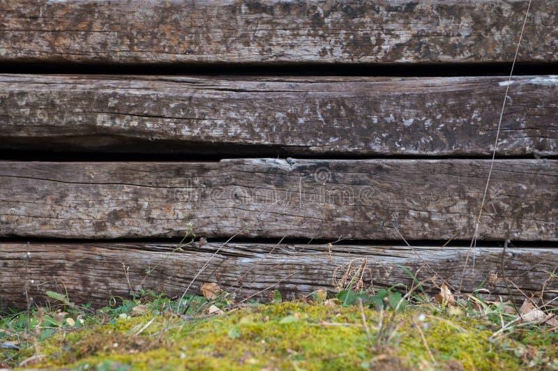 Sistema de durmientes ferroviarios de madera viejos como fondo, textura Fondo de madera áspero fotos de archivo