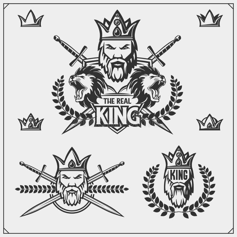 Sistema de emblemas y de etiquetas con el rey barbudo en una corona y un león ilustración del vector