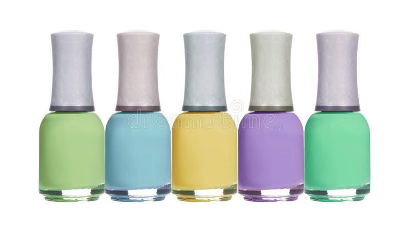 Sistema de esmaltes de uñas en colores pastel de la primavera colorida aislados en blanco foto de archivo libre de regalías