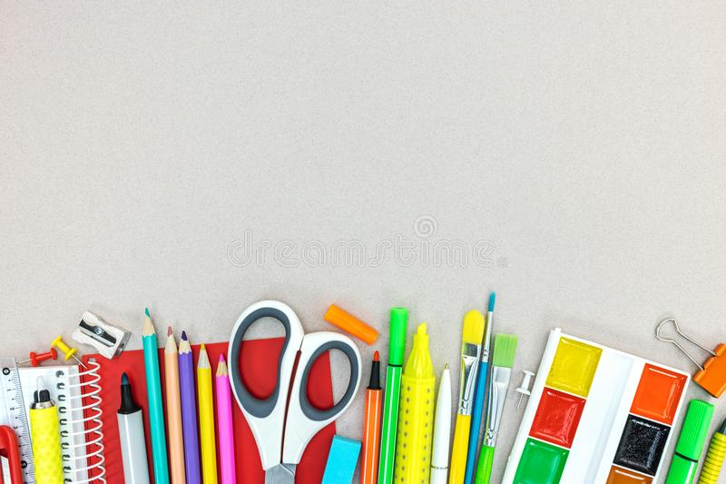Sistema de fuentes de escuela e inmóvil en fondo gris del escritorio fotografía de archivo