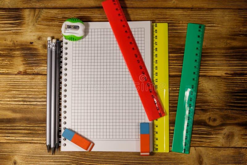 Sistema de fuentes de los efectos de escritorio de la escuela Libreta, reglas, l?pices, borradores y sacapuntas en blanco en el e fotos de archivo libres de regalías