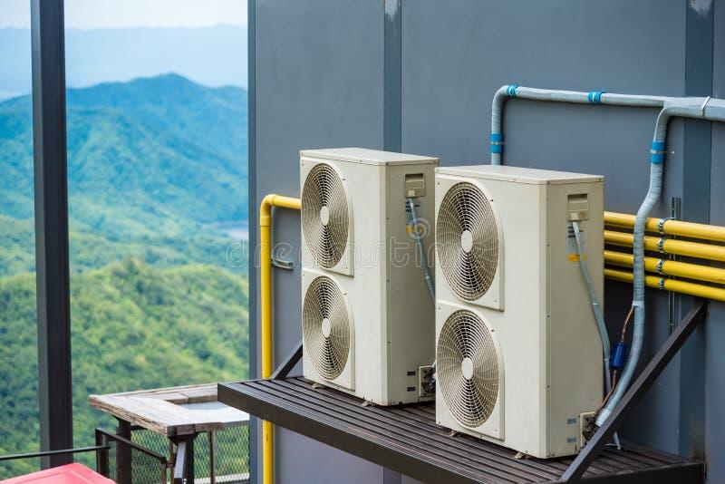 Sistema de grupo de acondicionamento central no telhado da constru??o fotografia de stock
