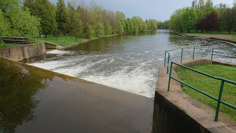 Sistema de Guelph Ontário Canadá Wellington County Grand River do parque do beira-rio da represa do rio da velocidade imagem de stock royalty free