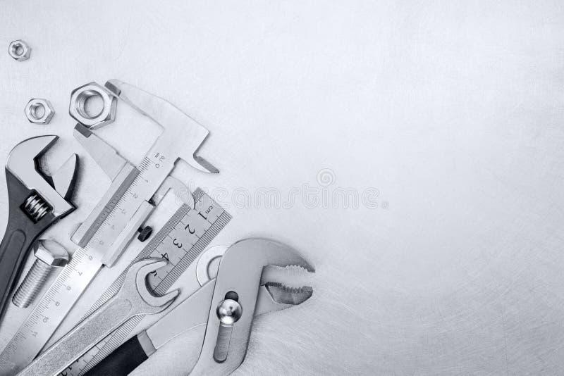 Sistema de herramienta de diversas llaves, del calibrador y de la regla estándar en brus imagen de archivo