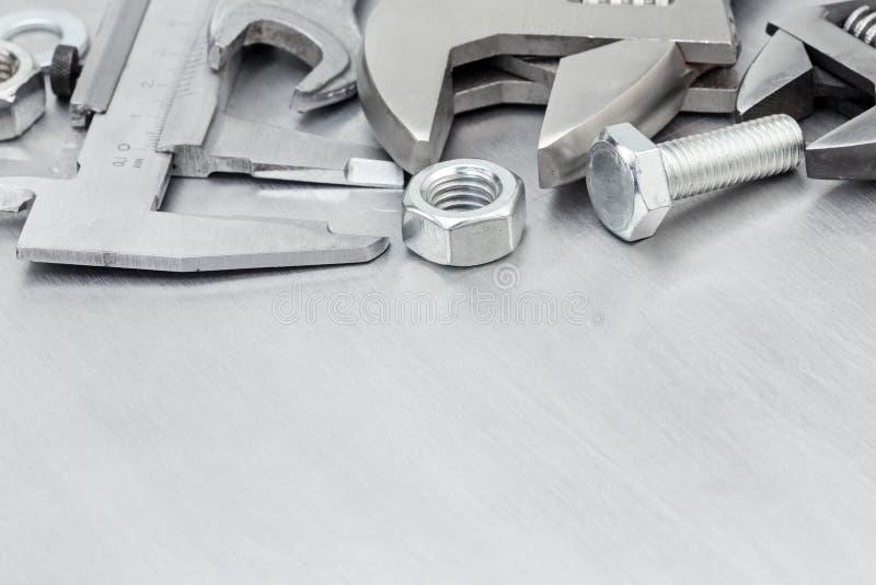 Sistema de herramienta para el trabajo de mano incluyendo el calibrador a vernier, las llaves y b imagen de archivo