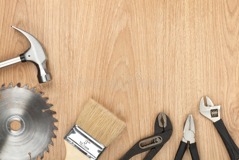 Sistema de herramientas en el fondo de madera foto de archivo