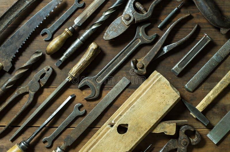 Sistema de herramientas oxidadas viejas en fondo rústico fotos de archivo