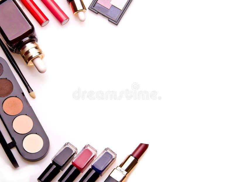Sistema de herramientas profesionales esenciales del maquillaje fotos de archivo