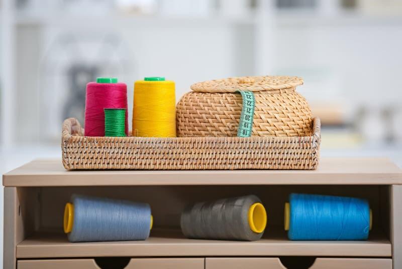 Sistema de hilos de coser coloridos fotografía de archivo