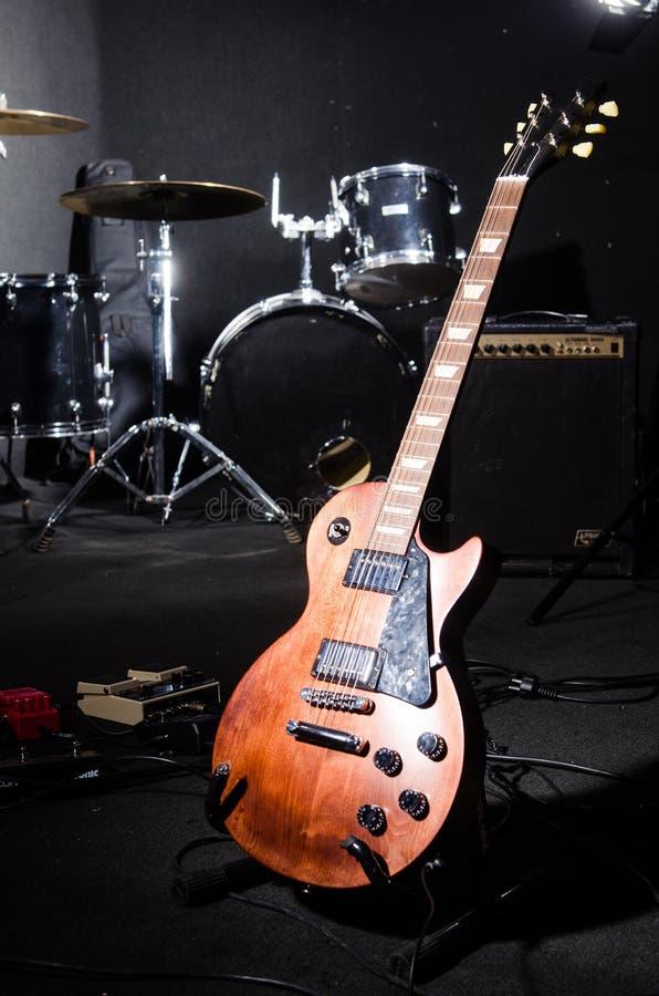 Sistema de instrumentos musicales en club imágenes de archivo libres de regalías