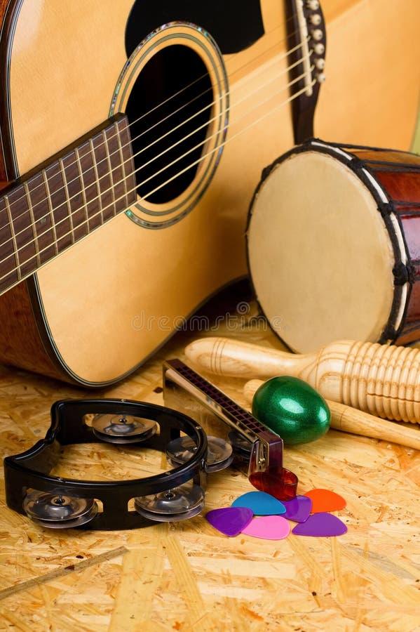 Sistema de instrumentos musicales en OSB imagen de archivo