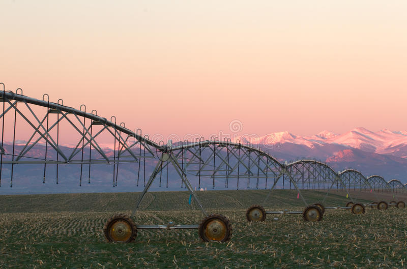 Sistema de irrigación del pivote con la cordillera en fondo imagenes de archivo