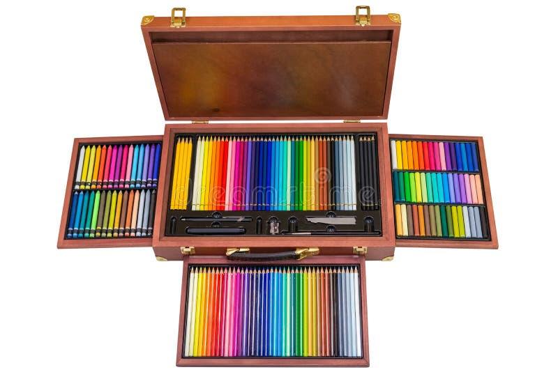Sistema de lápices coloreados en una caja de madera aislada en el fondo blanco fotografía de archivo