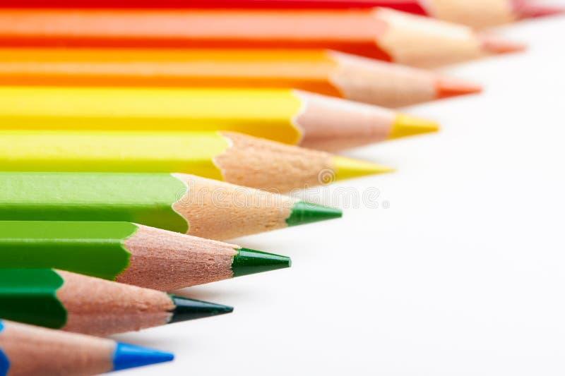 Sistema de lápices multicolores que mienten en la tabla blanca imágenes de archivo libres de regalías