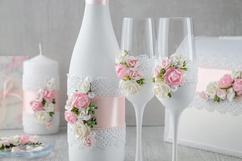 Sistema de la boda - botella del champ?n y ?lbum de las copas de vino, de la vela y de la boda fotos de archivo libres de regalías