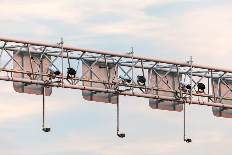 Sistema de la cámara de vigilancia sobre una carretera fotos de archivo
