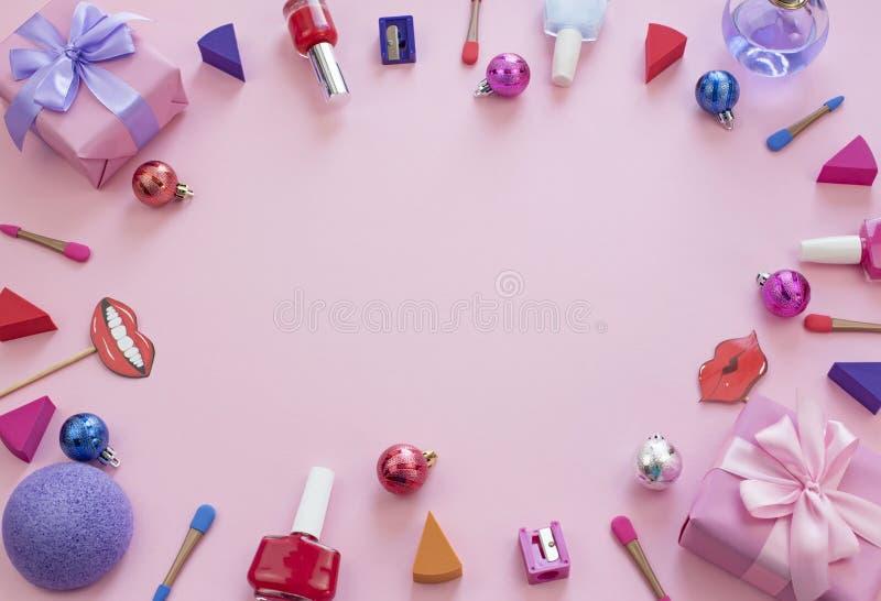 Sistema de la composición del rosa decorativo del fondo del lazo de satén de la cinta del regalo de la caja de los sacapuntas de  fotografía de archivo libre de regalías