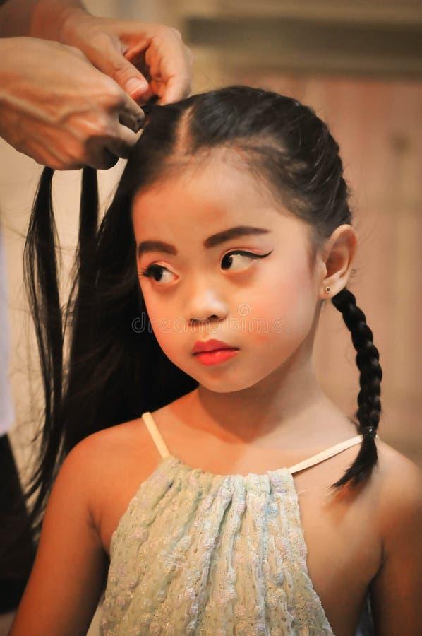 Sistema de la creación del carácter de las niñas Iconos con diversos tipos de caras y de estilo de pelo imagenes de archivo