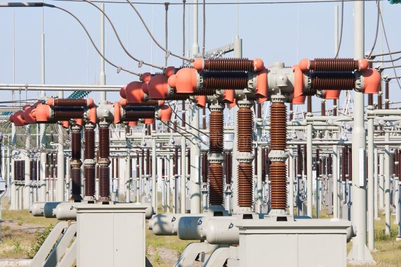 Sistema de la electricidad del poder más elevado con los transformadores fotografía de archivo libre de regalías