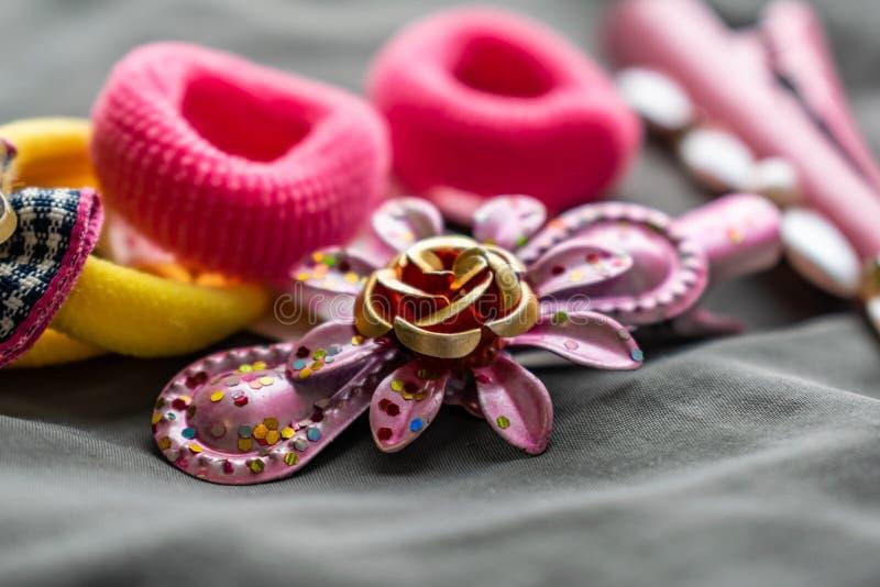 Sistema de la joyería de los niños de gomas y de horquillas rosadas con los colgantes bajo la forma de caras del gato Sistema lin fotografía de archivo libre de regalías