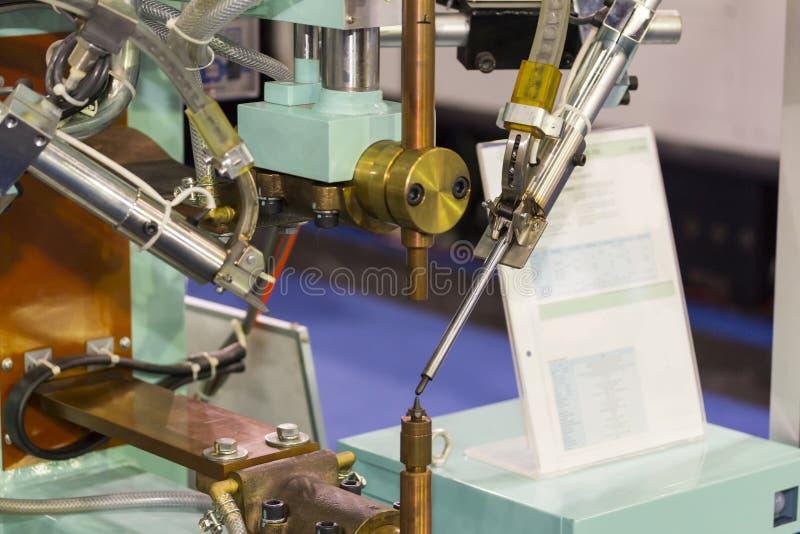 Sistema de la m?quina autom?tica de la soldadura por puntos y de la alimentaci?n auto del producto en el taller fotografía de archivo