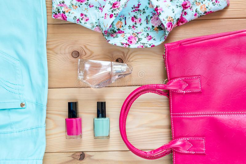 Sistema de la opinión de la ropa, del bolso y de los cosméticos desde arriba - imágenes de archivo libres de regalías