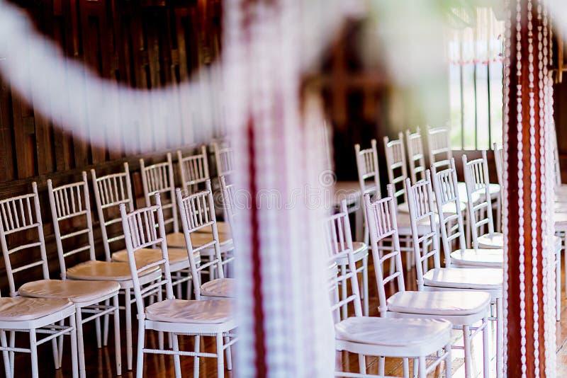 Sistema de la silla para casarse u otra cena abastecida del evento Decoración de la silla de la boda foto de archivo libre de regalías
