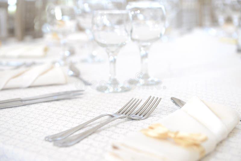 Sistema de la tabla de cena de boda imagenes de archivo