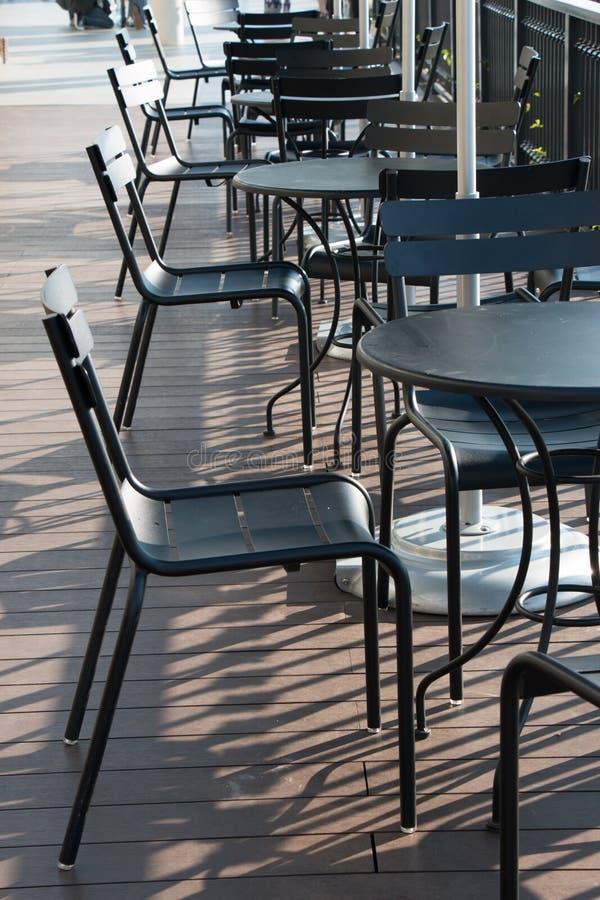 Sistema de la tabla de la silla y del escritorio en el balcón de la tienda del offe fotos de archivo