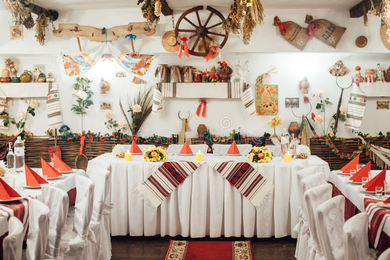 Sistema de la tabla para casarse adornada en estilo ucraniano foto de archivo