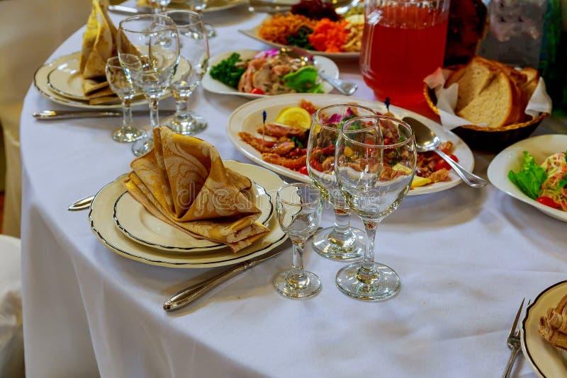 Sistema de la tabla para casarse u otra cena abastecida del evento fotografía de archivo libre de regalías