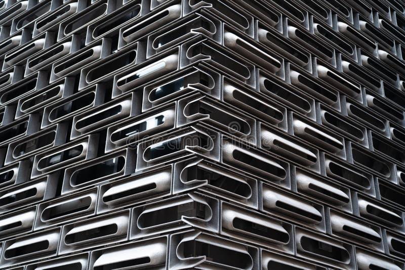 Sistema de la unidad de la fachada de la fundici?n de aluminio en revestido modular al azar dentro del edificio de cristal en la  foto de archivo libre de regalías