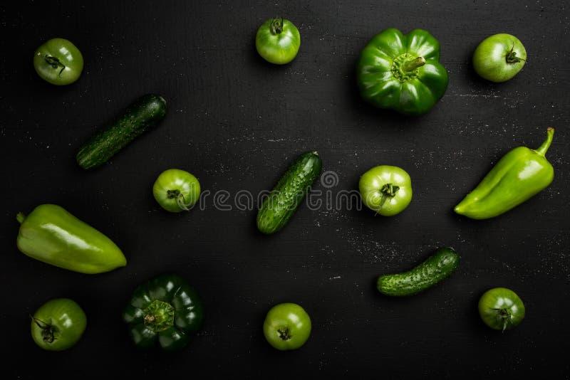 Sistema de la vitamina de diversas verduras verdes en la tabla oscura fotografía de archivo libre de regalías