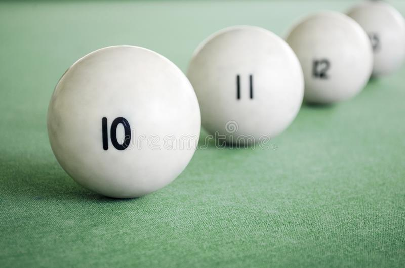 Sistema de las bolas para los billares en la tabla verde Tabla de billar con las bolas fotografía de archivo libre de regalías