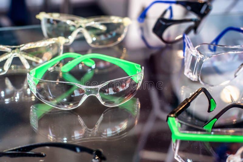 Sistema de las gafas para los trabajadores Las gafas de seguridad para protegen y los ojos de la caja fuerte fotografía de archivo libre de regalías