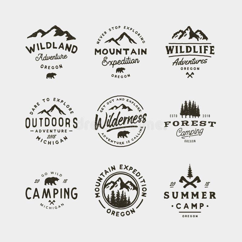 Sistema de logotipos del desierto del vintage emblemas al aire libre diseñados retros dibujados mano de la aventura Ilustración d fotografía de archivo