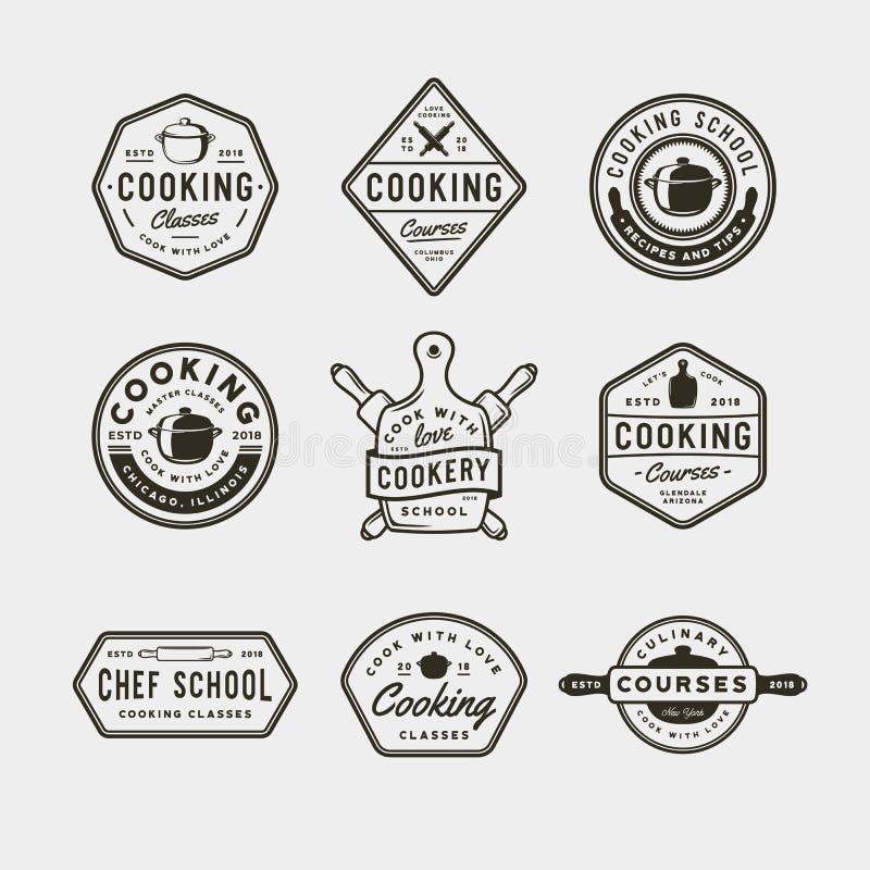 Sistema de logotipos de las clases de cocina del vintage emblemas culinarios diseñados retros de la escuela Ilustración del vecto imágenes de archivo libres de regalías