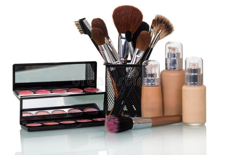 Sistema de los cosméticos decorativos para el maquillaje, cepillos en el soporte, aislado en blanco imágenes de archivo libres de regalías