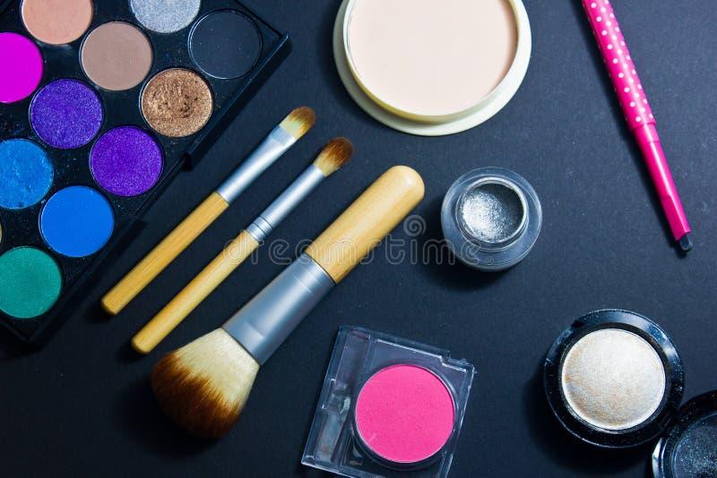 Sistema de los cosméticos profesionales para el maquillaje en fondo negro imágenes de archivo libres de regalías