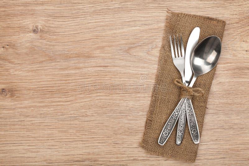Sistema de los cubiertos o de los platos y cubiertos de la bifurcación, de la cuchara y del cuchillo foto de archivo