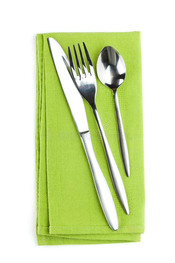 Sistema de los cubiertos o de los platos y cubiertos de la bifurcación, de la cuchara y del cuchillo en la toalla imagen de archivo