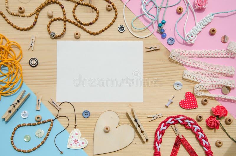Sistema de los elementos para la artesanía y de los artículos decorativos para hecho a mano en fondo de madera Endecha plana imágenes de archivo libres de regalías