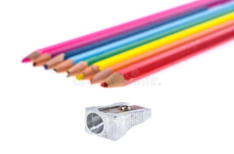 Sistema de los lápices del color y de los sacapuntas rotos usados viejos del metal fotografía de archivo