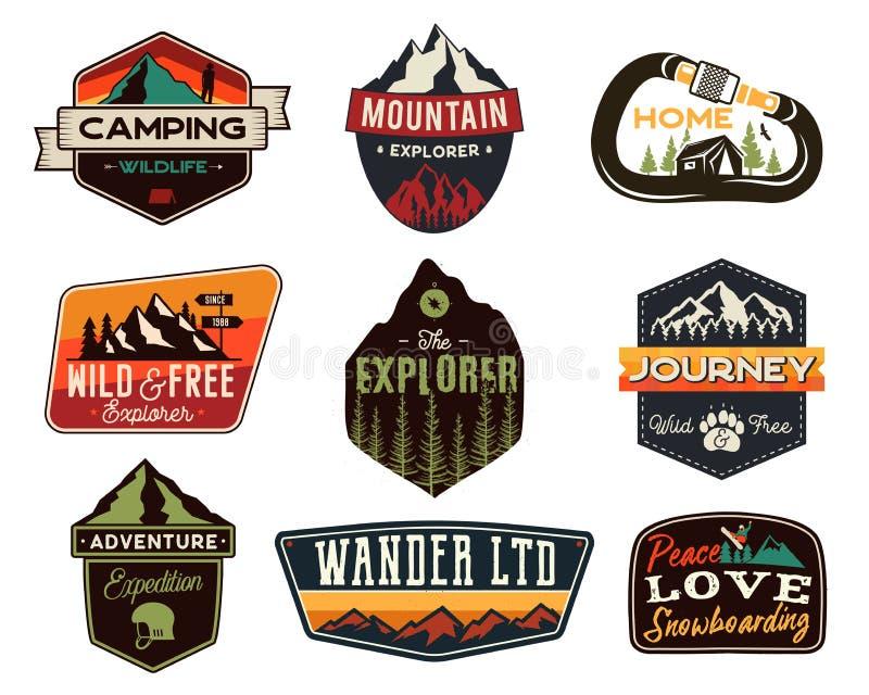 Sistema de los logotipos del aire libre del vintage Insignias exhaustas del viaje de la montaña de la mano, emblemas de la fauna  stock de ilustración