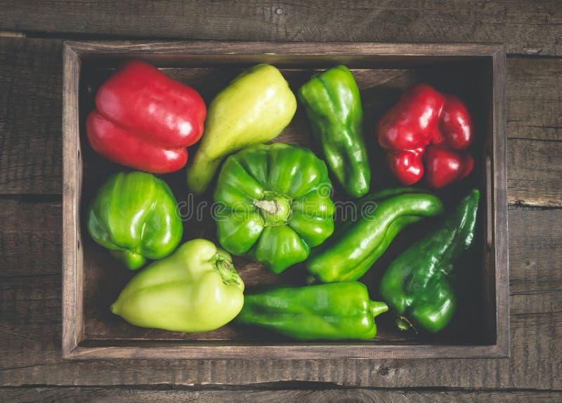 Sistema de los paprikas rojos y verdes de diversas formas Bandeja vegetal llena fotos de archivo